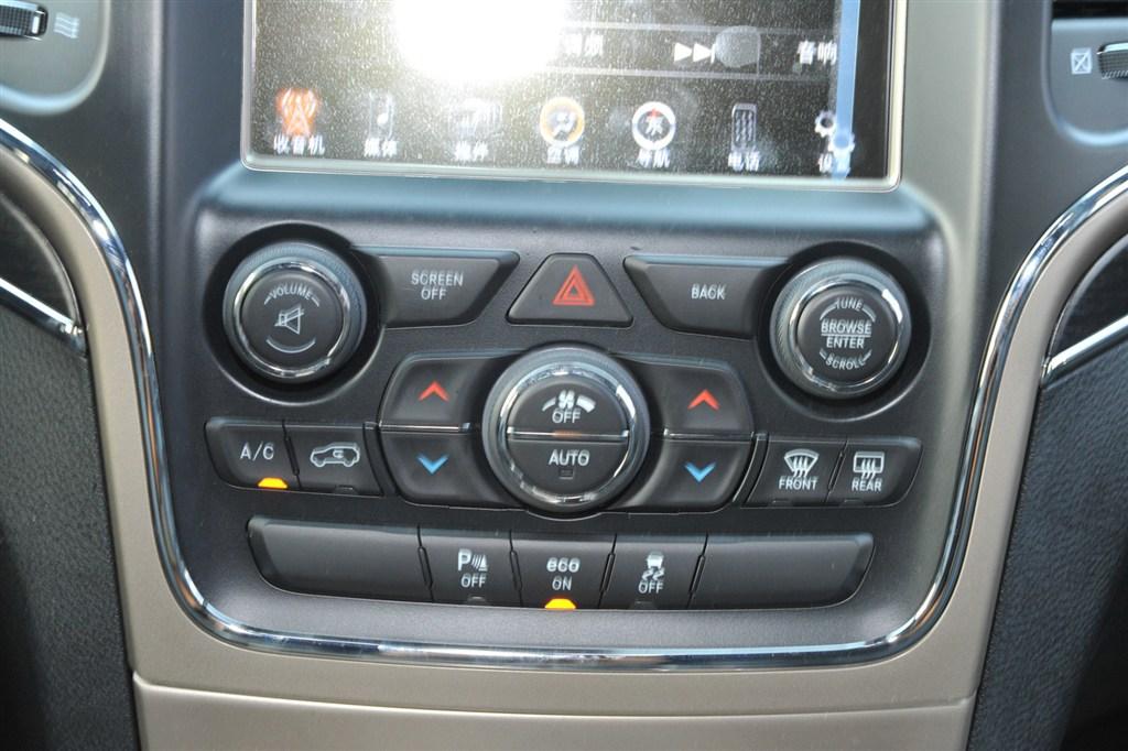 大切诺基中控台空调控制键
